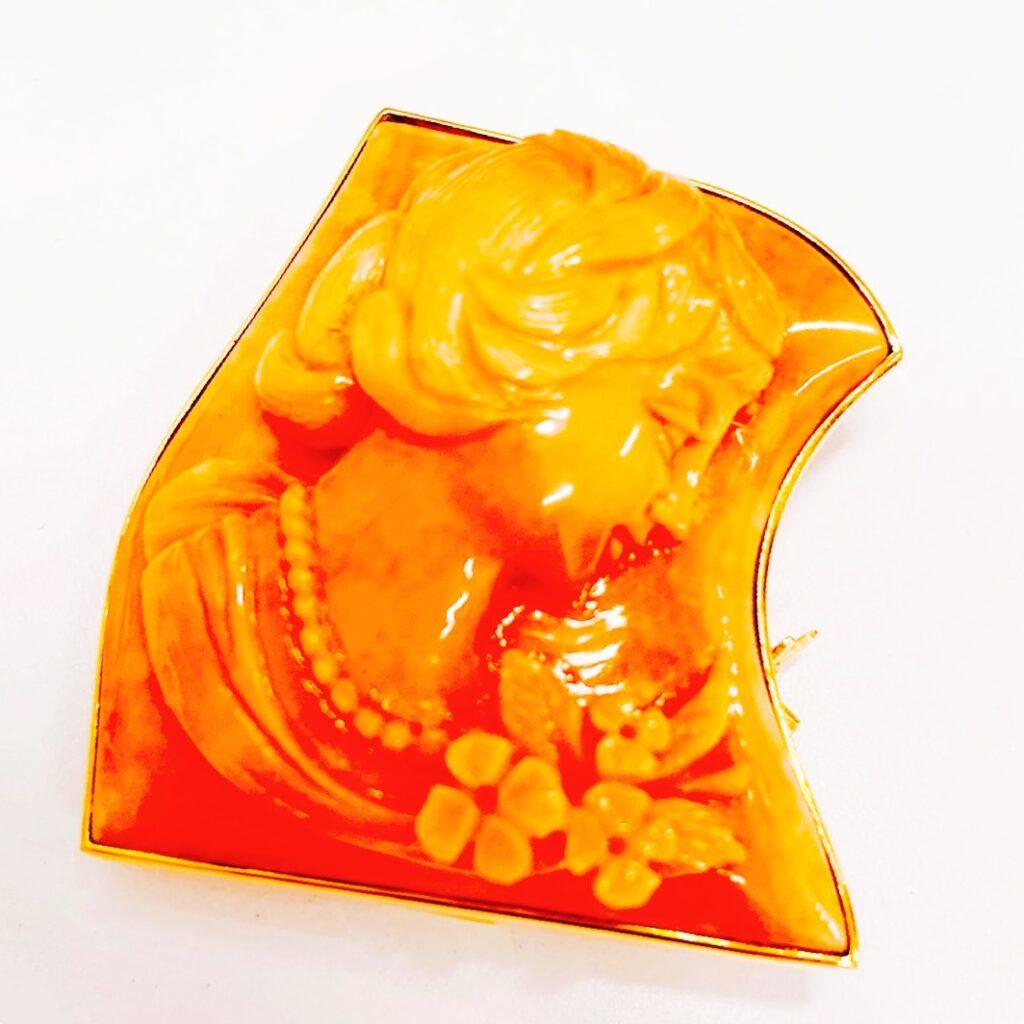 K18彫刻珊瑚ブローチ